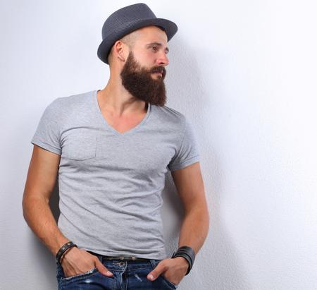 灰色の背景に分離されたハンサムなひげを生やした男の肖像 写真素材