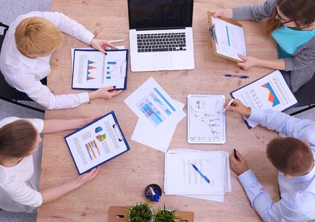 Business-Leute sitzen und diskutieren bei Geschäftstreffen Standard-Bild - 43575111