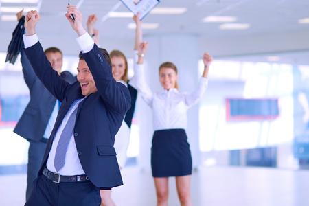 Business team vieren een overwinning met armen omhoog.