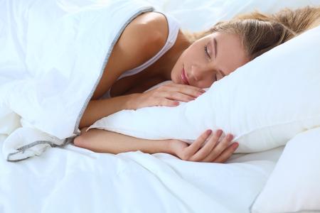 dormir: Hermosa niña duerme en el dormitorio.