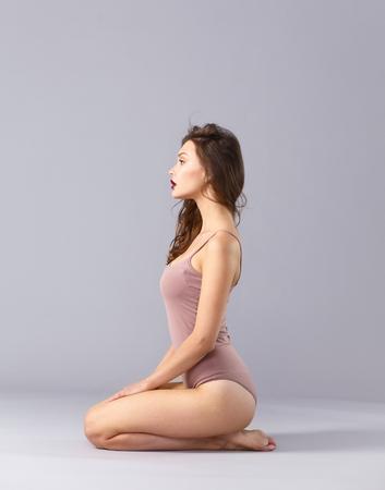 pieds nus femme: Belle femme aux pieds nus assis sur le sol.