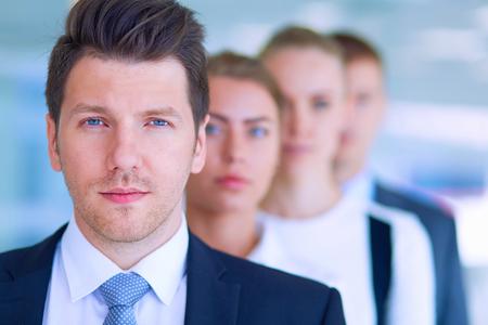 Lachend succesvolle business team staan in het kantoor. Stockfoto