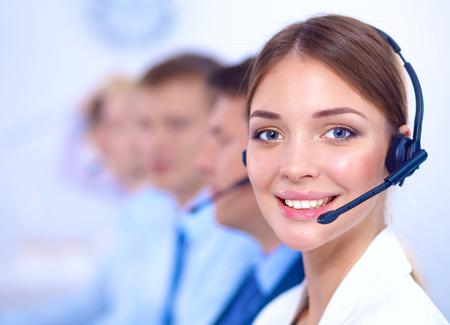 Aantrekkelijke positieve jonge ondernemers en collega's in een call center office