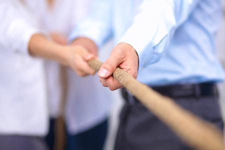 Concept beeld van het bedrijfsleven team met behulp van een touw als een element van het teamwerk