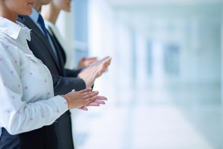 empleados trabajando: Sonriendo gente de negocios aplaudiendo una buena presentación en la oficina.