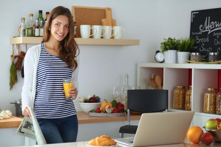 persona feliz: Retrato de un vaso muy mujer que sostiene con sabroso jugo. Foto de archivo