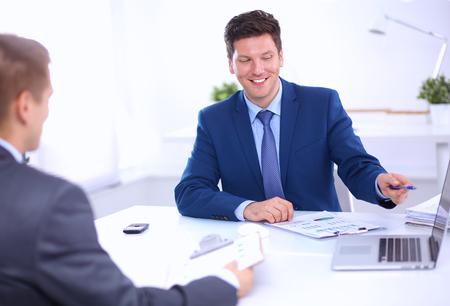 recursos humanos: La gente de negocios que trabajan con ordenador portátil en una oficina, sentado en el escritorio