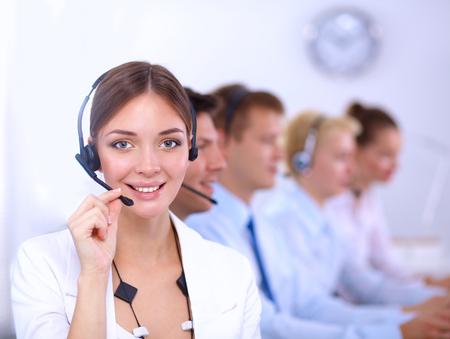 servicio al cliente: Atractivo jóvenes empresarios positivo y colegas en una oficina del centro de llamadas