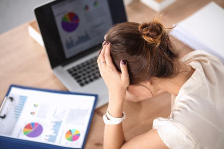 agotado: Retrato de mujer de negocios joven cansado con la computadora portátil