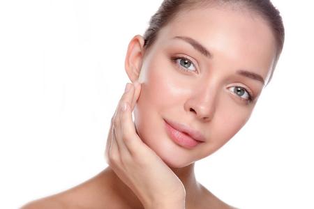edad media: Mujer sana hermosa que toca su piel. Foto de archivo