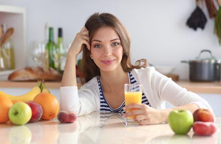Portrait einer hübschen Frau hält Glas mit leckeren Saft Standard-Bild - 47949039