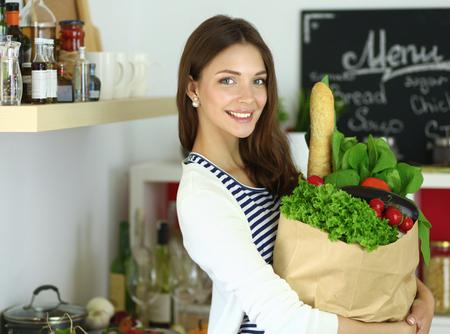 verduras verdes: Joven mujer con bolsa de compras con verduras Foto de archivo