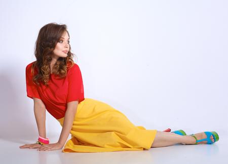 mujer desnuda sentada: Joven mujer sentada en el suelo, aislado en fondo blanco.
