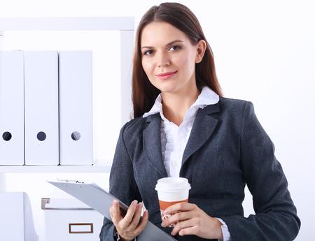 ejecutiva en oficina: Empresaria con las carpetas y taza de café