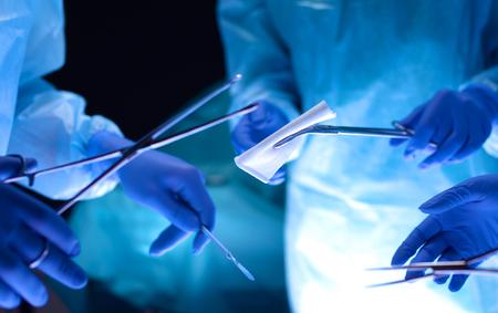 cirujano: Equipo de cirujanos en el trabajo en sala de operaciones Foto de archivo