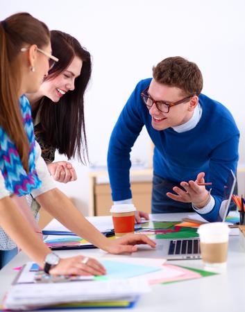 grupos de personas: Los jóvenes empresarios que trabajan en la oficina en nuevo proyecto.