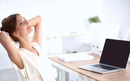 sillon: Mujer de negocios que se relaja con las manos detr�s de la cabeza y sentado en una silla Foto de archivo