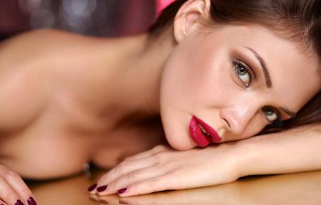 arrugas: Retrato de muchacha hermosa con maquillaje de moda situada Foto de archivo