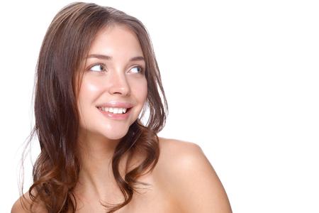 piel humana: Retrato de la cara hermosa mujer joven. Aislado en el fondo blanco. Foto de archivo