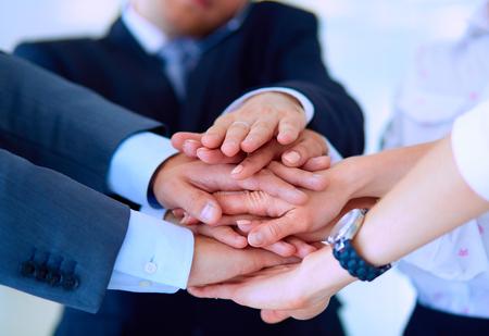 manos juntas: La gente de negocios con sus manos juntas en un círculo