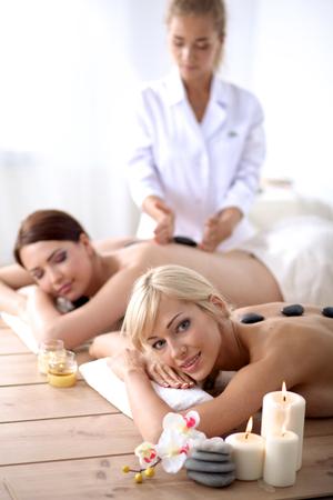 tratamientos corporales: Dos hermosas mujeres jóvenes de relax y disfrutar en el spa