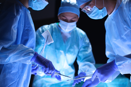 Team chirurg aan het werk in operatiekamer