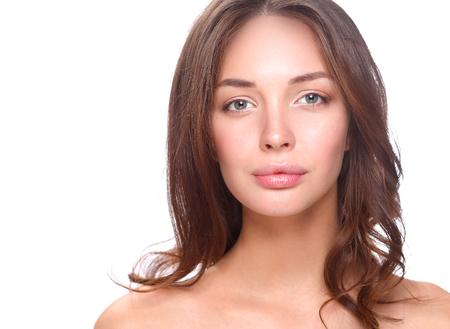Retrato de cara hermosa mujer joven. Aislado en el fondo blanco.