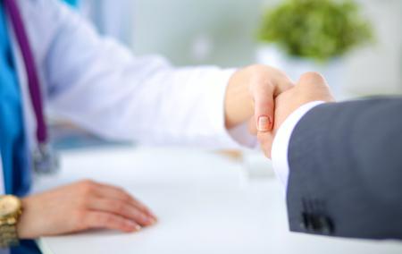 manos estrechadas: M�dico y el paciente apret�n de manos