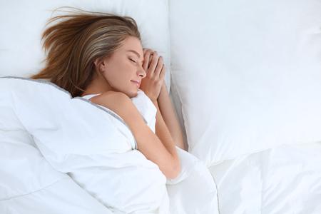 Mooi meisje slaapt in de slaapkamer.