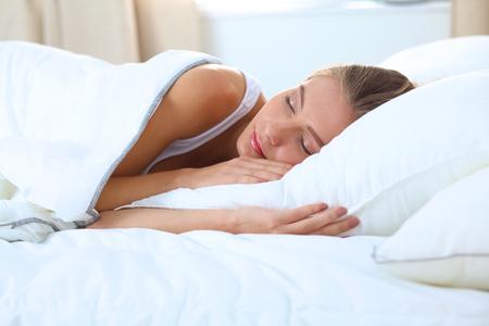 gente durmiendo: Hermosa niña duerme en el dormitorio.
