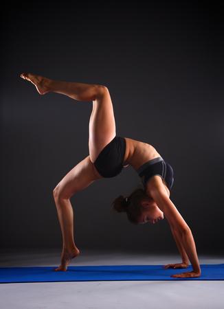 piernas mujer: Retrato de la muchacha del deporte que hace yoga ejercicio de estiramiento.
