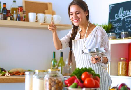 delantal: Cocinar a la mujer en la cocina con la cuchara de madera.