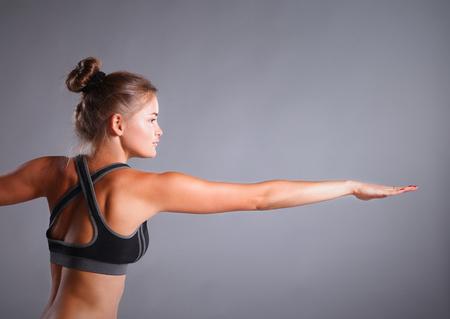siluetas de mujeres: Retrato de la muchacha del deporte que hace yoga ejercicio de estiramiento.