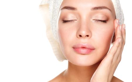 Portrait der schönen Mädchen zu berühren ihr Gesicht mit einem Handtuch auf dem Kopf