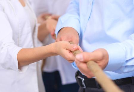 Koncepcja obrazu z działalności zespołu za pomocą liny jako element pracy zespołowej