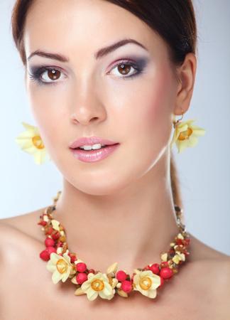 Retrato de joven bella mujer morena en perlas.