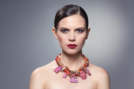 Portrait de belle jeune femme brune en perles. Banque d'images