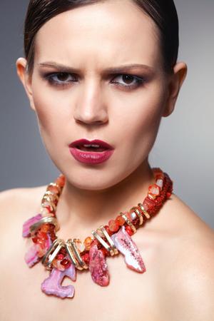 Porträt der jungen schönen Brunettefrau in den Perlen. Standard-Bild