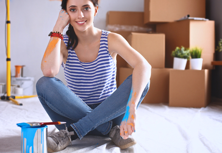 cajas de carton: Woman in a new home with cardboard boxes.