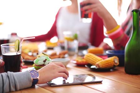 座っている間一緒にディナーを持つ人々 のグループのトップ ビュー 写真素材