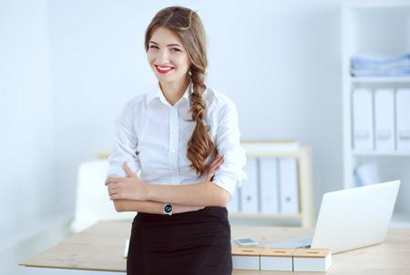 principal: Retrato de mujer de negocios de pie en la oficina Foto de archivo