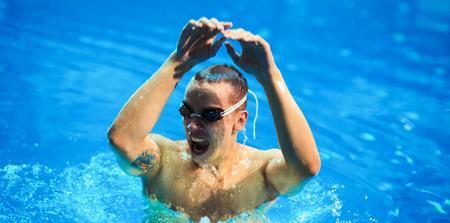 coordinacion: Hombre nadador en la piscina. Foto bajo el agua