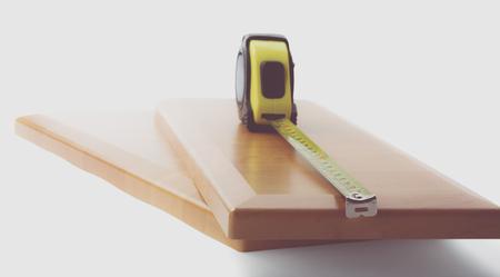 Bord et des outils en bois sur un fond blanc. Banque d'images - 89019365
