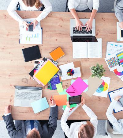 Geschäftsleute, die beim Geschäftstreffen im Büro sitzen und diskutieren