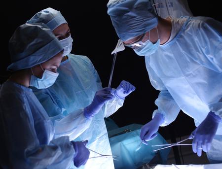 Chirurgien d'équipe au travail en salle d'opération