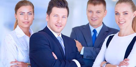 Squadra felice di affari che mostra i pollici in su in ufficio. Squadra felice di affari