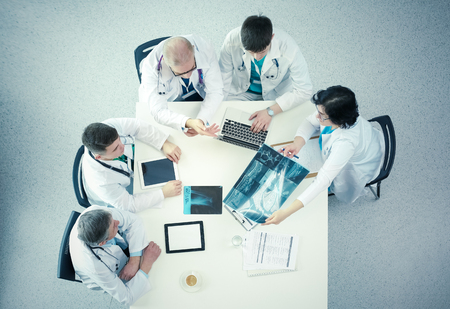 Medical team sitting and discussing at table, top view Foto de archivo - 124802968
