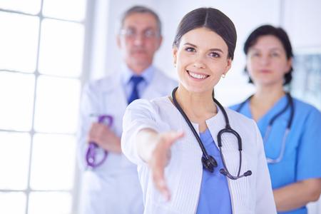 Dottoressa che offre una stretta di mano in ospedale