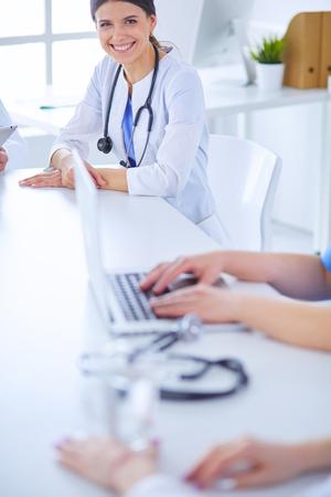 Los médicos se consultan entre sí en la sala de conferencias de un hospital