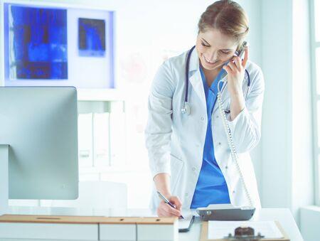 電話で話している美しい笑顔の看護師の肖像画 写真素材